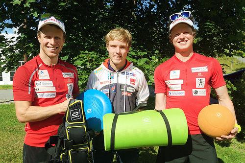 Petter og Mårten Soleng Skinstad fra Team Sport 1 Skinstad overrekker Abilica-utstyr til Eirik Bye, som representerer langrenns- og skiskytterlandslaget for funksjonshemmede. Foto: Team Sport 1 Skinstad.