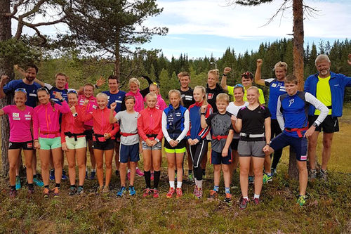 Team Veidekke Midt-Norge på samling i Surnadal i Møre og Romsdal sammen med Surnadal ILs langrennsgruppe. Foto: Arne Berset.