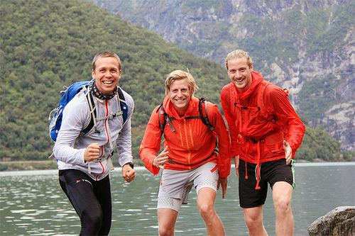 Ernst Olav Botnen (f.v.), Gjermund Nordskar og Torstein Vabo klare for start ved vannkanten i Øvre Årdal. Foto: Gjermund Nordskar.