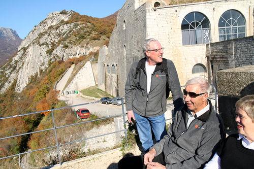 Ole Ellefsæter og Harald Grønningen (i midten) tilbake i OL-byen Grenoble for noen år siden. Foto: Ola Jordheim Halvorsen.