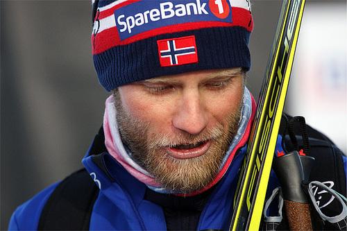 SpareBank 1 er raus hovedsponsor av Norges Skiforbund og deres logo er sentralt plassert i mange sammenhenger, blant annet på utøveres luer, som her på Martin Johnsrud Sundby sin lue. Foto: Geir Nilsen/Langrenn.com.