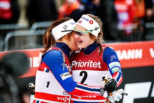 Maiken Caspersen Falla (t.v.) og Ingvild Flugstad Østberg ble nummer 1 og 2 på verdenscupsprinten i Stockholm 2016. Foto: Felgenhauer/NordicFocus.