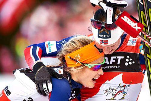 Therese Johaug og Marit Bjørgen etter siste etappe av Tour de Ski i 2015. Etter monsterbakken i Val di Fiemme endte det med Bjørgen som nummer 1 og Johaug på 2. plass. Foto: Felgenhauer/NordicFocus.