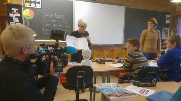 Roboten, lærarane Solveig og Grete blir filma av NRK sin Even Lusæter