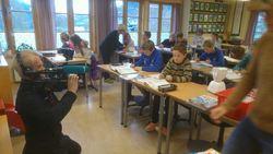 Dei andre elevane er vant til roboten - NRK filmar med stor iver