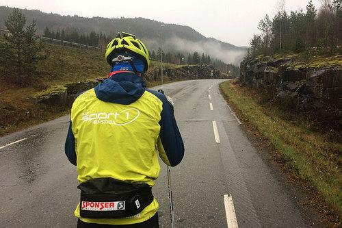 Hold deg til gangveier så mye som mulig, og sørg for å gjøre deg synlig for bilister om du må ut på bilveien. Illustrasjonsbilde: Mobilfoto: Team Sport 1 Skinstad / Instagram.com/skiskinstad (@Skiskinstad).