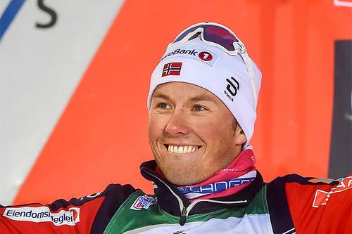 Emil Iversen smiler fra øre til øre etter maksimal uttelling i Kuusamo. Foto: Thibaut/NordicFocus.