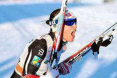 Heidi Weng brøler ut i glede etter sin første verdenscupseier i sprint. Den kom på 1. etappe av minitouren på Lillehammer 2016. Foto: Modica/NordicFocus.