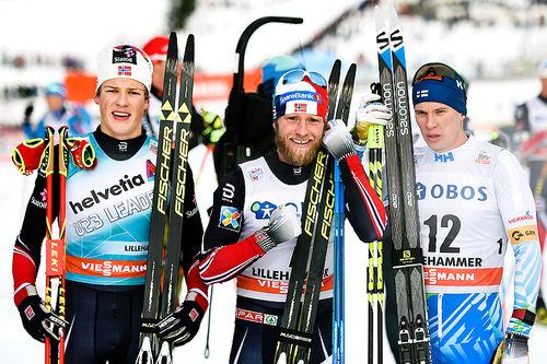 Seierspallen etter samtlige etapper i verdenscupens minitour på Lillehammer besto av (f.v.) Johannes Høsflot Klæbog (2. plass), Martin Johnsrud Sundby (1) og Matti Heikkinen (3). Foto: Thibaut/NordicFocus.