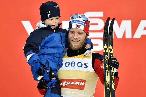 Martin Johnsrud Sundby kunne juble for seier i minitouren på Lillehammer 2016, etter å ha vært gjennom en tung tid i etterkant av dommen for brudd på dopingreglementet. Her feirer han med sønnen Markus på armen. Foto: Thibaut/NordicFocus.