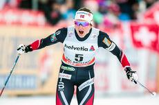 Ingvild Flugstad Østberg inn til seier på fellesstarten i Val Müstair, 2. etappe av Tour de Ski 2016-2017. Foto: Modica/NordicFocus.