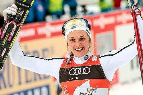 Stina Nilsson jubler for seier på 4. etappe i Tour de Ski 2016-2017. Den svenske jenta avgjorde med en suveren spurt på jaktstarten i Oberstdorf. Foto: Modica/NordicFocus.