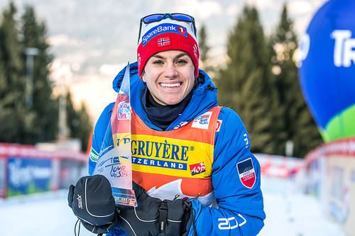 Heidi Weng med trofeet som viser at hun vant Tour de Ski 2016-2017. Foto: Modica/NordicFocus.
