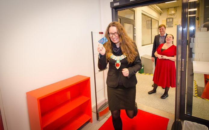 Ordfører Marianne Grimstad Hansen åpner biblioteket på Sørumsand.
