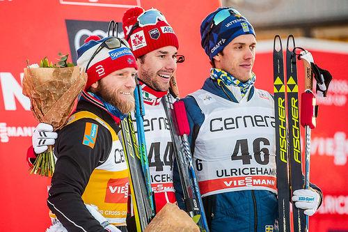 Seierspallen etter herrens 15 kilometer fri teknikk under verdenscupen i Ulricehamn i januar 2017. Fra venstre: Martin Johnsrud Sundby (2. plass), Alex Harvey (1) og Marcus Hellner (3). Foto: Modica/NordicFocus.