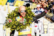 Tord Asle Gjerdalen jubler over sin 3. strake seier i Marcialonga etter å ha vunnet 2015, 2016 og 2017. Foto: Bragotto/NordicFocus.