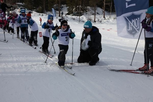 Stor aktivitet i skiløypa. Foto: Peder Sperstad