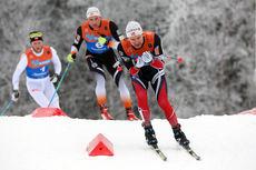 Sjur Røthe i front jaktes av Niklas Dyrhaug og Martin Johnsrud Sundby under fellesstarten med skibytte i Lygna-NM 2017. Plasseringene ble til slutt i nevnt rekkefølge 4, 2 og 1. Foto: Eirik Lund Røer/Eiluro.