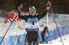 Lotta Udnes Weng går jublende over målstreken som gullvinner på skiathlon under U23-VM i Park City 2017. Foto: Erik Borg.