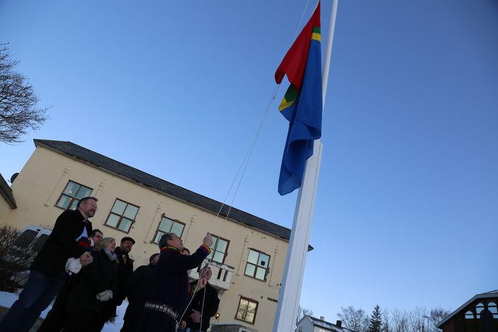 samisk flagg heises gamle rådhuset