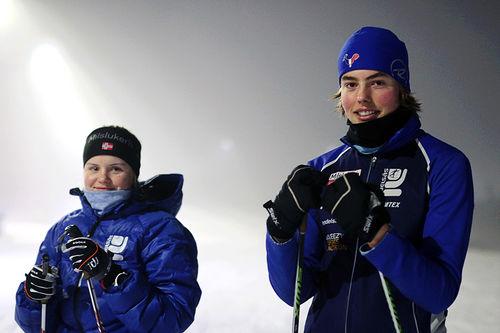 Kristine Kleivi og Øystein Rønning Strand, juniorer i Kjelsås, lærer bort teknikk til skiforeldre. Foto: Lars Njaastad.