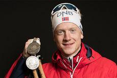 Johannes Thingnes Bø med et par av sine medaljer fra VM i skiskyting i Hochfilzen 2017. Foto: NordicFocus.
