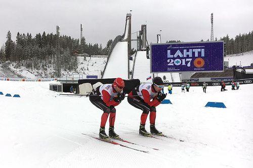 Mihhail Lukertsenko og Morten Sætha tester produkter under VM i Lahti. Foto Henrik Johnsen/Swix.
