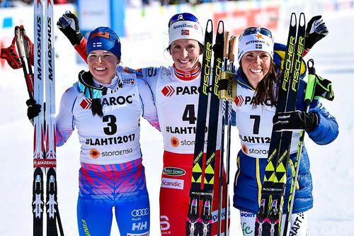 Seierspallen etter damenes VM-skiathlon i Lahti 2017. Fra venstre: Krista Pärmäkoski (2. plass), Marit Bjørgen (1) og Charlotte Kalla (3). Foto: Thibaut/NordicFocus.