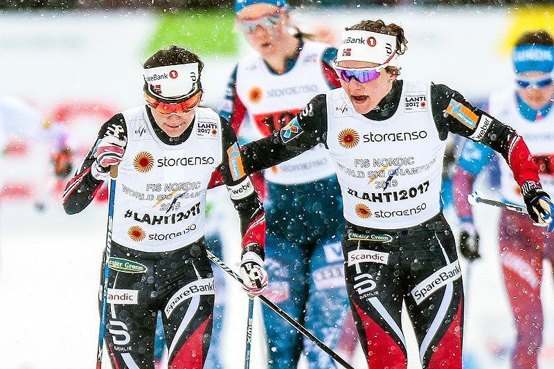 Maiken Caspersen Falla sender Heidi Weng ut på en etappe i det tette snødrevet under lagsprinten i Lahti-VM 2017. Det endte med klar seier til de norske damene. Foto: Modica/NordicFocus.