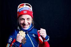 Astrid Uhrenholdt Jacobsen med 2 av sine 3 medaljer fra Lahti-VM 2017. Foto: Modica/NordicFocus.