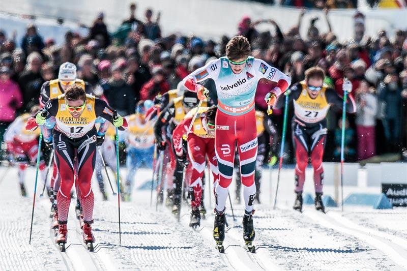 Johannes Høsflot Klæbo spurter ned Niklas Dyrhaug og resten av feltet på fellesstarten under verdenscupfinalens minitour i Québec 2017. Foto: Modica/NordicFocus.