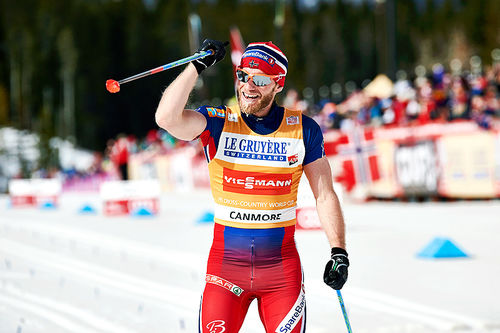 Martin Johnsrud Sundby jubler for sammenlagtseieren i Ski Tour Canda forrige vinter. Foto: Felgenhauer/NordicFocus.