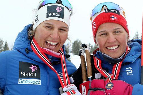 Lotta og Tiril Udnes Weng jubler på Gålå etter å ha gitt NM-gullet i lagsprint 2017 til Nes Ski. Foto: Erik Borg.