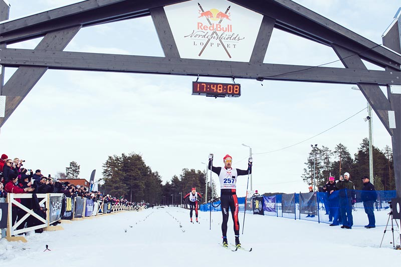 Andreas Nygaard sklir over mål som vinner av det 220 km lange Nordenskiöldsloppet 2017. Like bak følger Øyvind Moen Fjeld. Arrangørfoto.