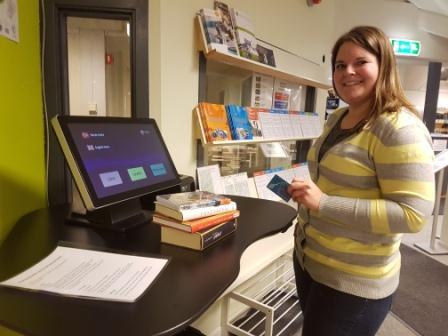 Kristine Midtbø med selvbetjeningsløsning på biblioteket
