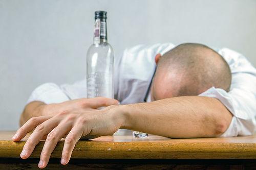 Mange idrettsutøvere frastår helt fra alkohol, mens andre tar seg en fest eller et par glass i ny og ne. Hva slags innvirkning har alkohol på kroppen og hvordan påvirker det treningsarbeidet? Foto: Creative Commons/Pixabay.com.