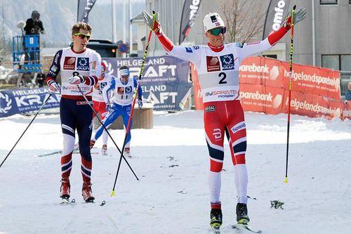 Johannes Høsflot Klæbo inn til seier i Bysprinten i Mosjøen. Nærmest fulgt av Anders Gløersen. Foto: Per Vikan/Helgelendingen.
