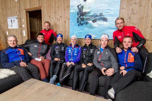 Løpere, trenere og ledere fra det britiske landslaget og Lillehammer Skiklub samlet i forbindelse med inngåelse av sitt unike samarbeid. Foto: Alexander Eriksson.