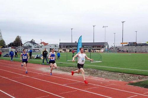 Petter Soleng Skinstad inn til seier og solid tid på 3000 meter under Gjøvik- og Totenlekene 2017. Foto: Team Sport 1 Skinstad.