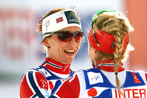 Marit Bjørgen (sølv) gratulerer Therese Johaug med gullet på 3-mila under VM i Falun 2015. Foto: NordicFocus.