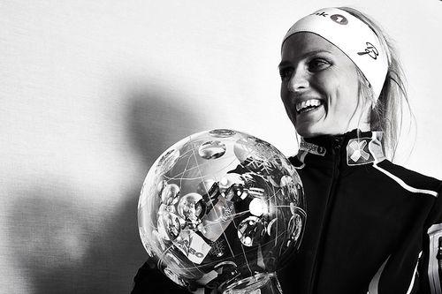 Therese Johaug med krystallkula som viser at hun vant verdenscupen sammenlagt for sesongen 2015/2016. Hun tok også hjem kula i distansecupen. Tirsdag starter CAS-høringen i Johaugs dopingsak. Foto: Felgenhauer/NordicFocus.