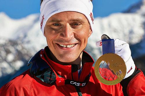 Ola Vigen Hattestad med sitt OL-gull fra sprinten under lekene i Sotsji. Sammen med Anita Moen og Ann-Elen Skjelbreid er han hovedtrener for Camp Trysil. Foto: NordicFocus.