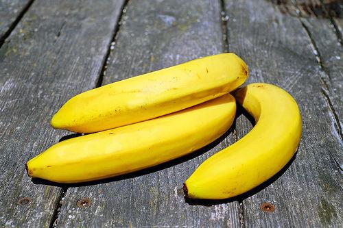 Bananer passer bra både som drivstoff før og under trening, og til restitusjon etterpå gjerne sammen med et glass sjokolademelk. Foto: Creative Commons/Pixabay.com.