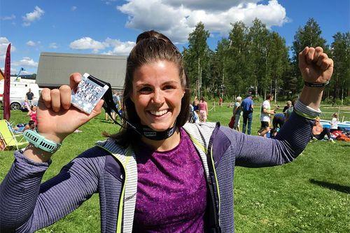 Ingeborg Dahl smiler etter å ha vunnet hinderløpet Chicken Race 2017 ved Hønefoss i Buskerud. Foto: Geir Nilsen/Langrenn.com.