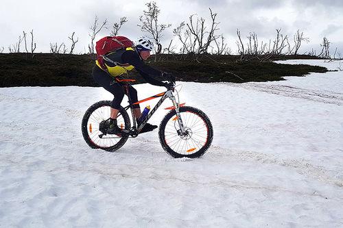 Her skal det sykles terrengsykkelritt om fire uker. Fred Åge Fredriksen på prøvetur i traseen til OffroadFinnmark. Foto: Jon Vidar Bull.