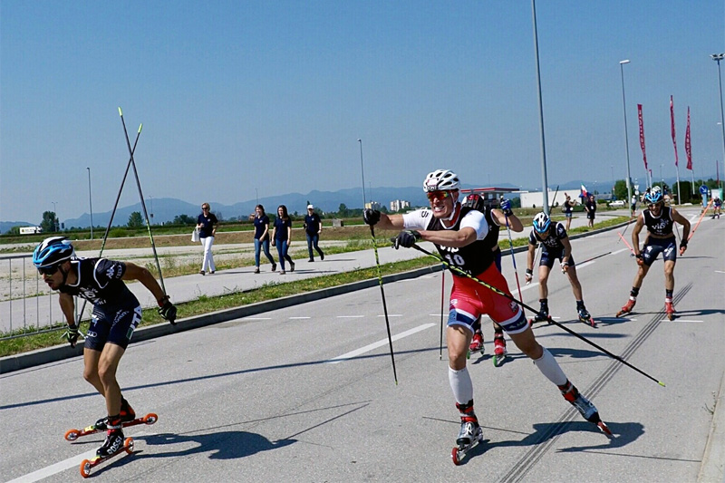 Ragnar Bragvin Andresen (t.h.) ble nummer to på fellesstarten under verdenscupen på rulleski i Kroatia. Foto: Team Jobzone.