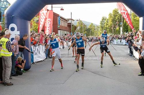 Johannes Høsflot Klæbo i midten spurter ned Petter Northug (t.v.) og Niklas Dyrhaug i Coop Trysil Rulleskisprint 2017. Foto: Johan Andersson/Destinasjon Trysil.