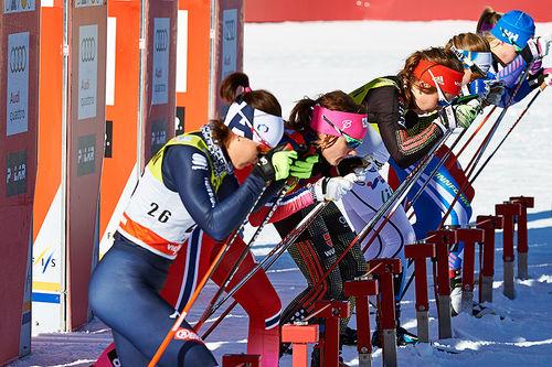 En innbitt og fokusert Maiken Caspersen Falla, nummer to fra venstre, er klar for start under et sprintrenn i Davos. Foto: Felgenhauer/NordicFocus.