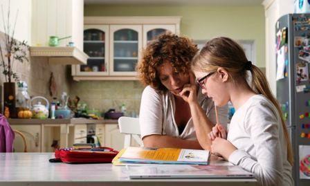 Mor og barn leser.JPG