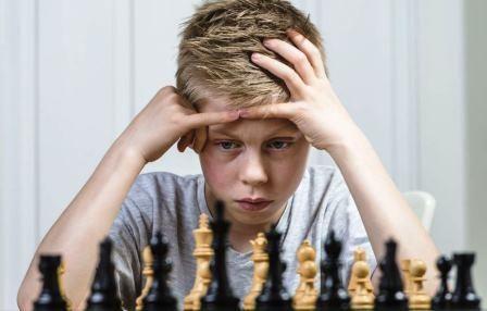 Gutt med sjakkbrett